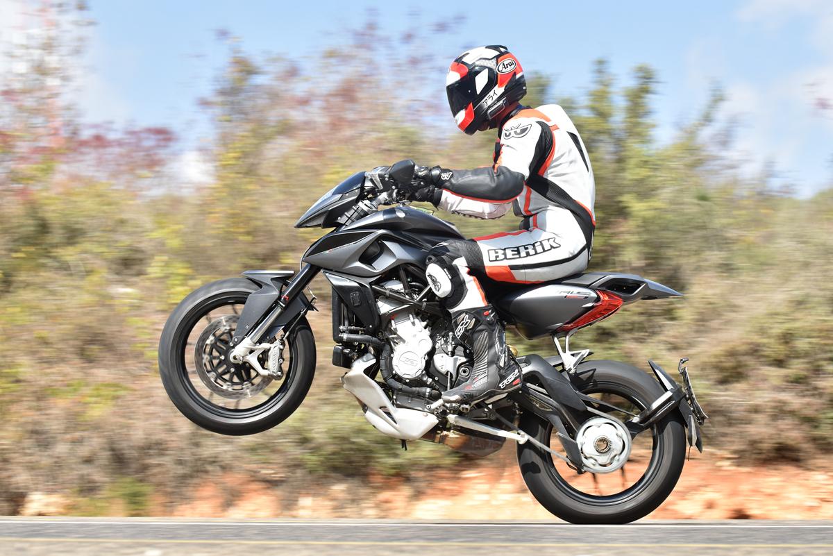תעתועי דמיון - האופנוע קטן או שהרוכב גדול? התשובה: פוטושופ! (צילום: אסף רחמים)
