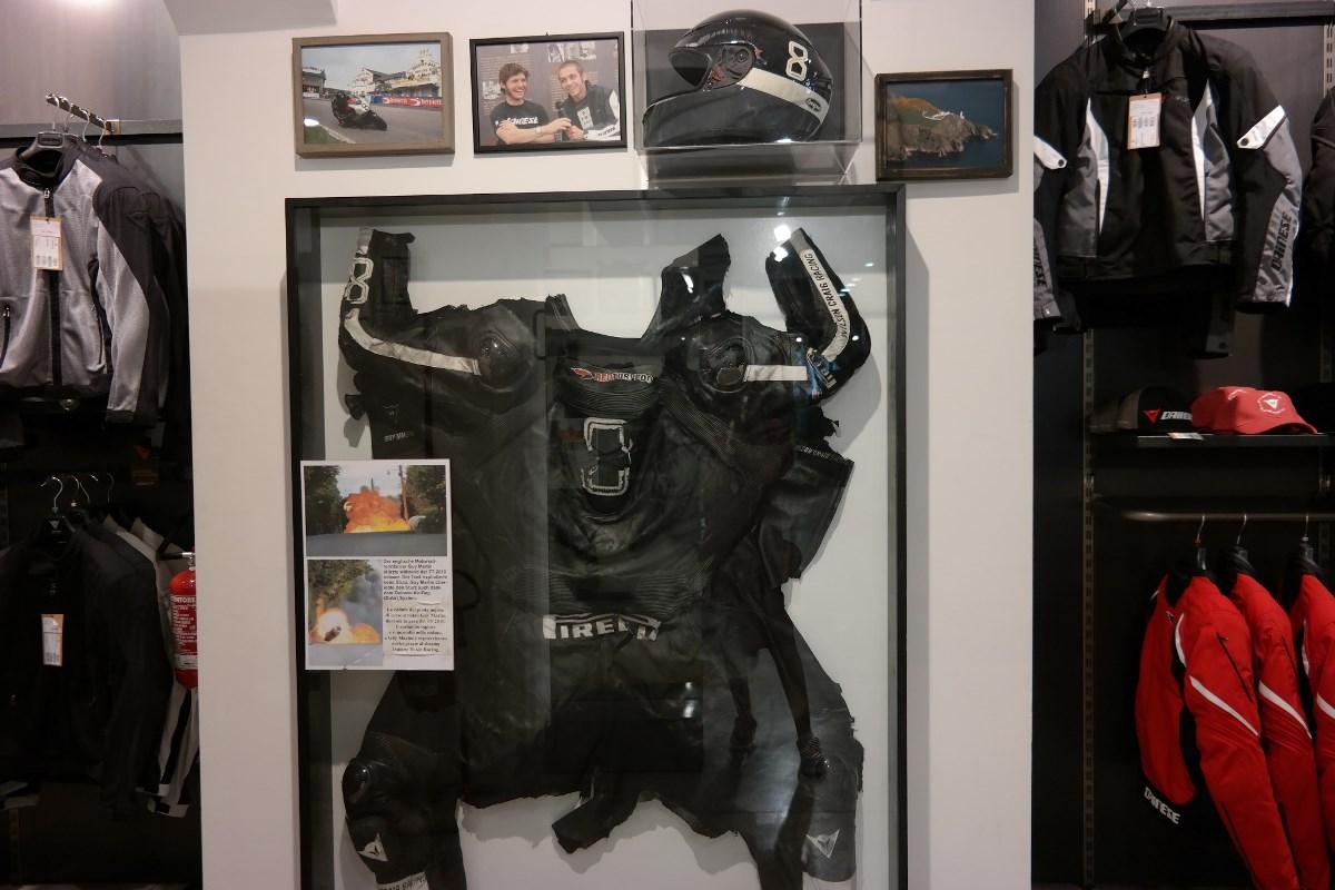 חלק מהתצוגה של מוצרי דיינזה ששימשו רוכבים במרוצים
