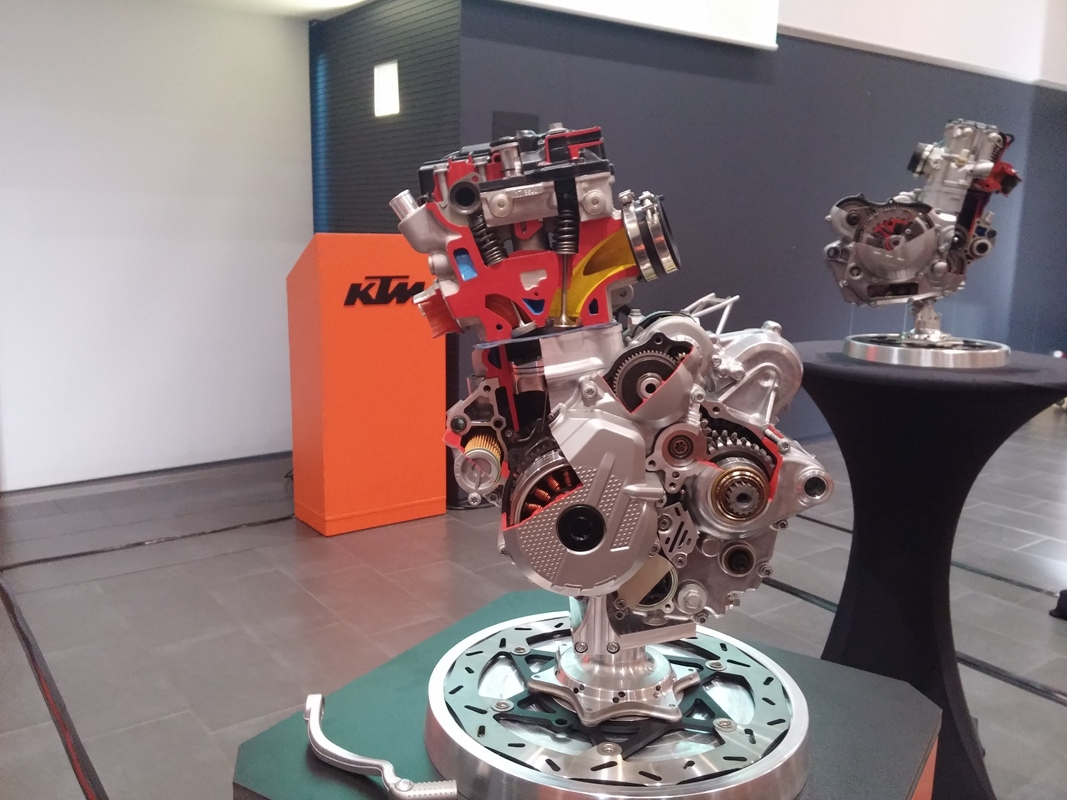מנוע ה-250/350. ברקע: מנוע ה-450/500