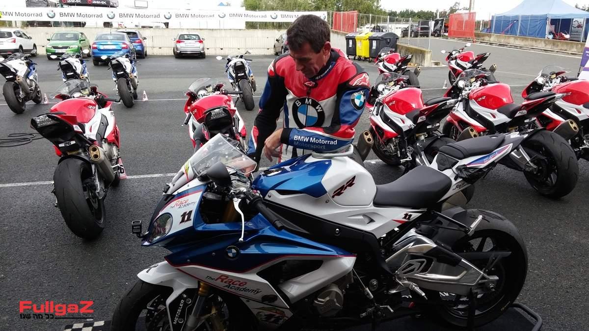 קורסר מכין את האופנוע