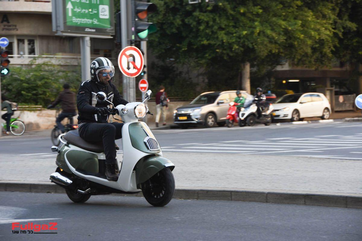 """הקטנוע הזול בישראל - 9,900 ש""""ח (צילום: עומרי גוטמן)"""