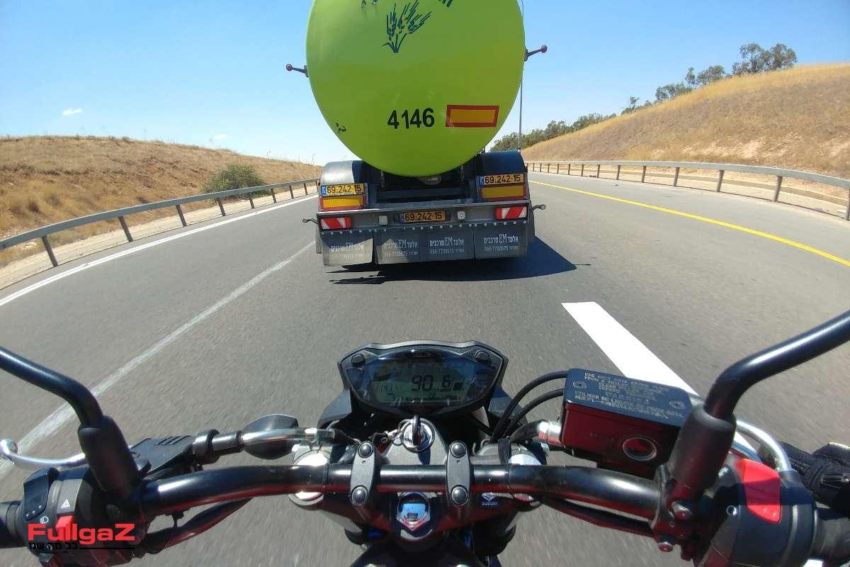 על הסליפ-סטרים של המשאית - אל תנסו את זה בבית!