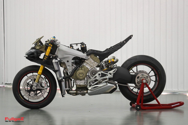 מנוע V4 בטכנולוגיית MotoGP שהוא גם גורם נושא עומס מרכזי בשלדה