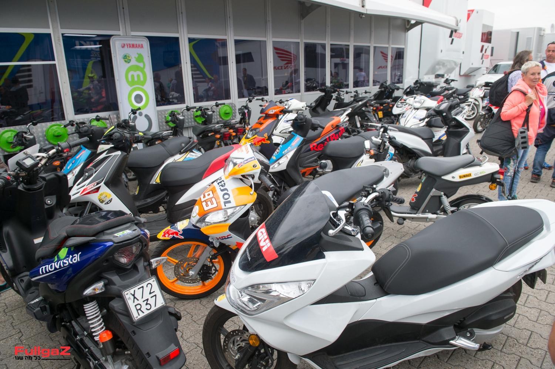 הקטנועים בחוץ - הרוכבים בפנים