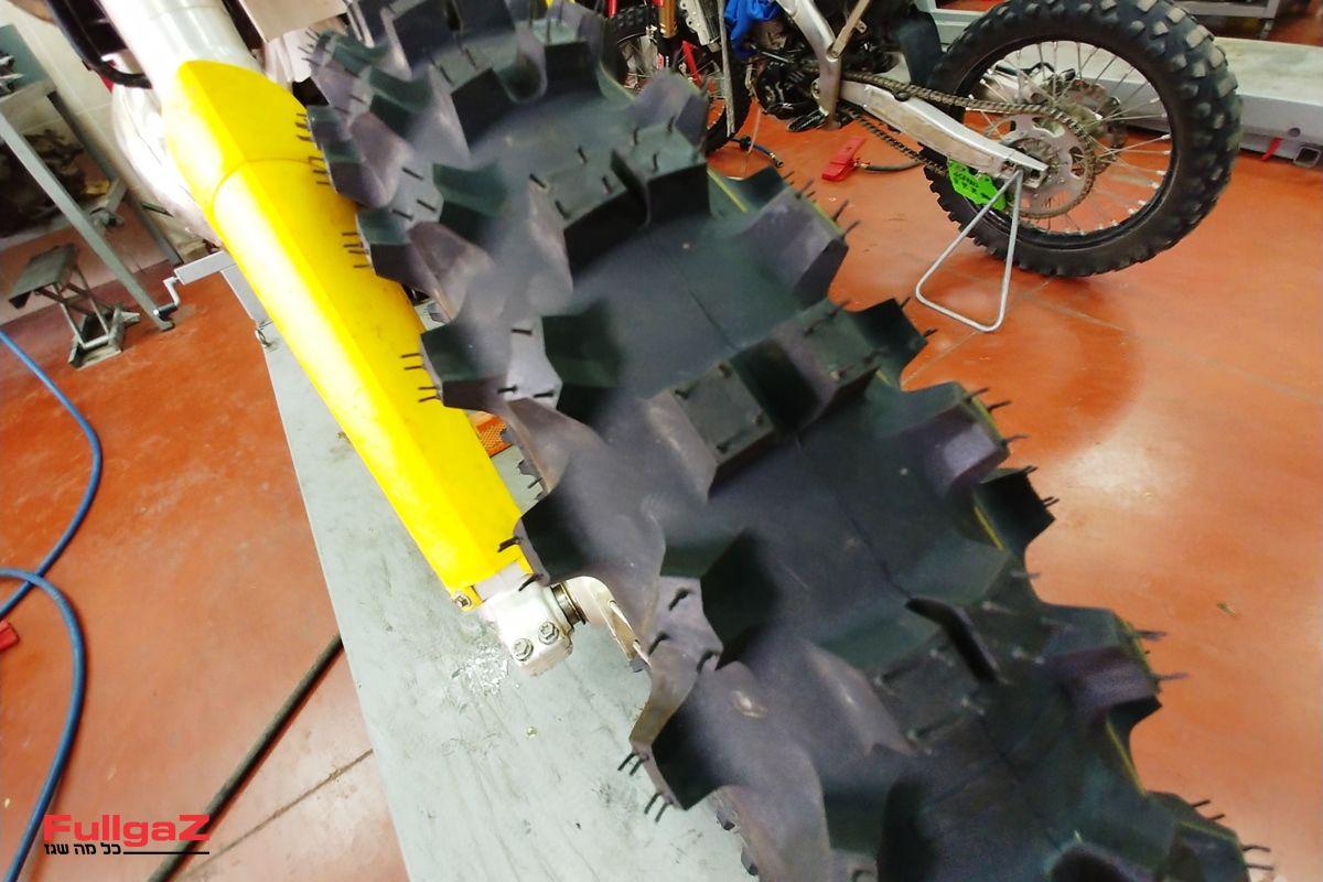 צמיג אנדורו בעל מבנה רך לספיגה ואחיזה, ותרכובת רכה