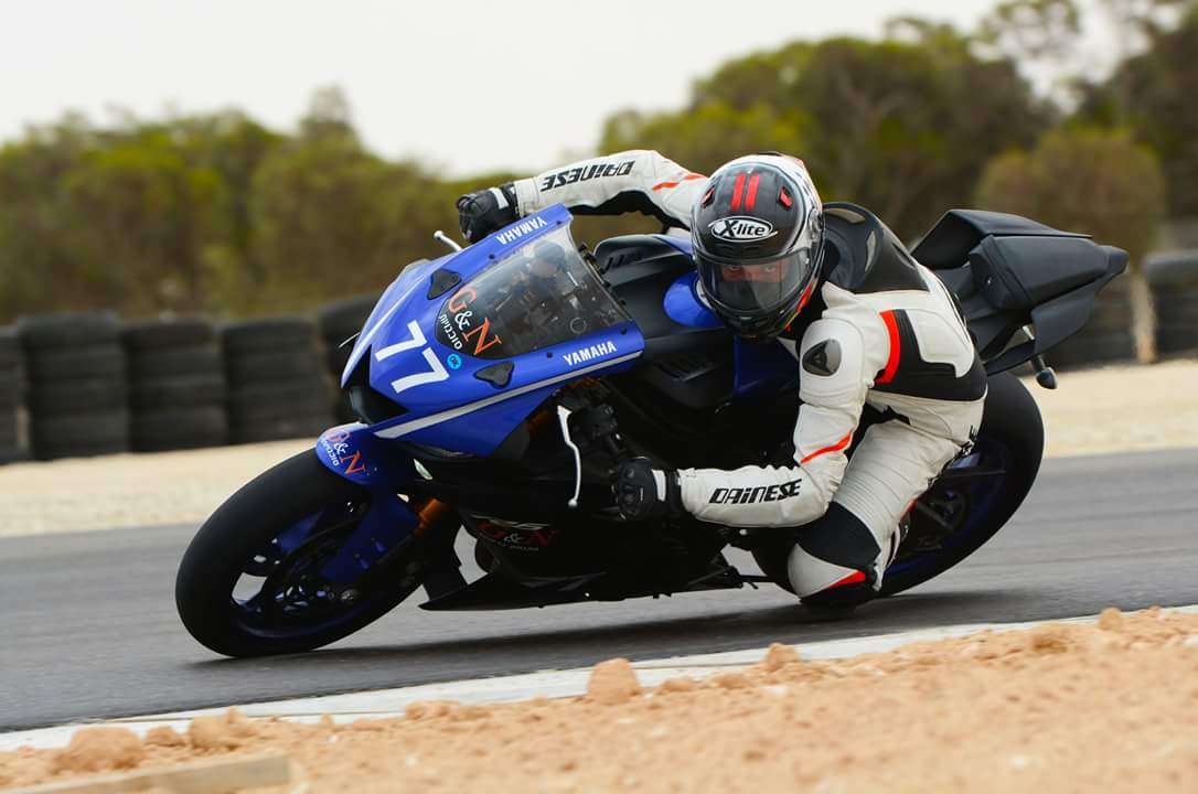 רכיבה על אופנוע מרוץ במסלול ישראלי