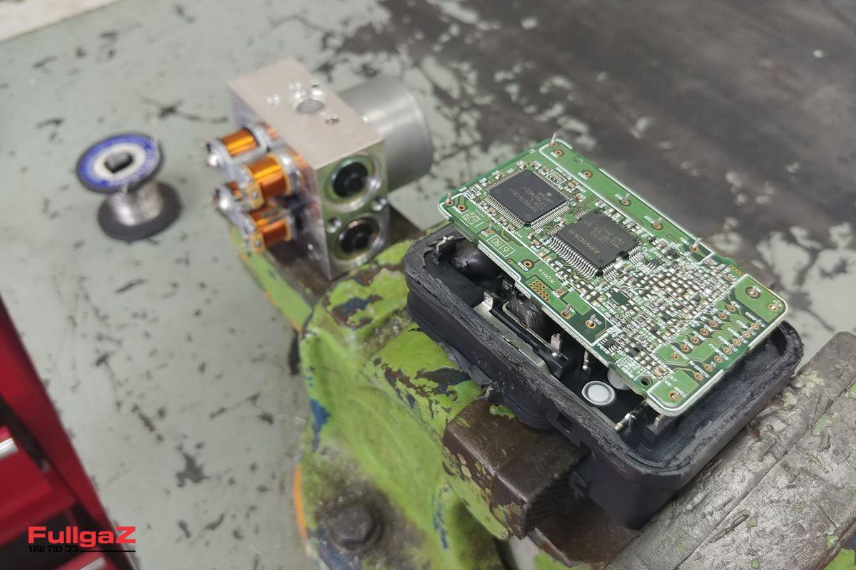 מחשב ה-ABS ובית השסתומים מופרדים; יש מד מהירות!
