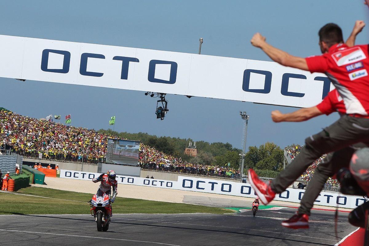 רוכב איטלקי מנצח על אופנוע איטלקי במסלול איטלקי