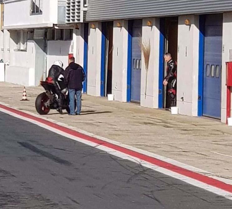 האפריליה RS660 בעת מבחן על מסלול באיטליה