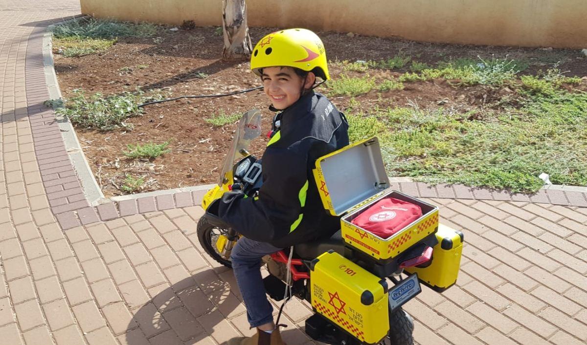 גבריאל אטדגי בן ה-7 על אופנוע ההצלה שלו :)