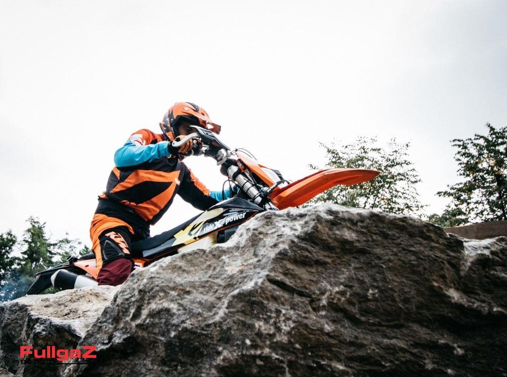 רון קדשאי מתמודד עם סלע (צילום: ניר עמוס)