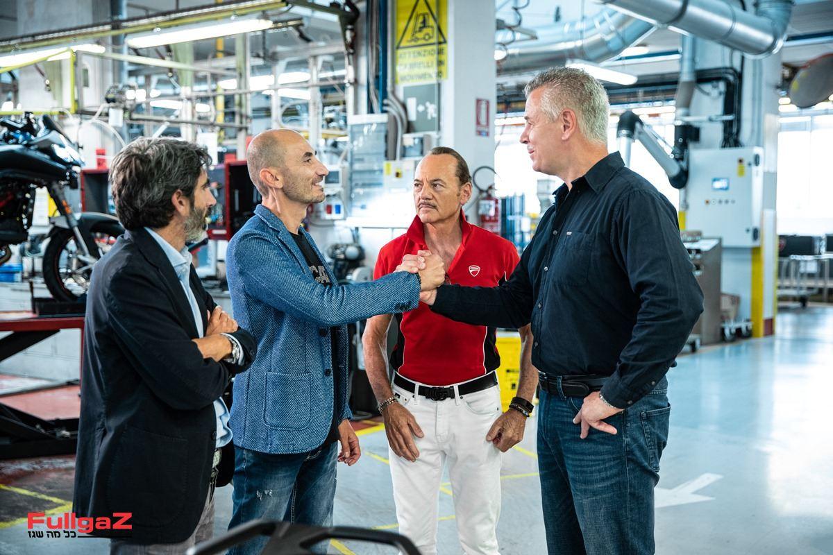 """מנכ""""ל דוקאטי מעניק ללקוח הגרמני את המפתחות למולטי ה-100,000"""