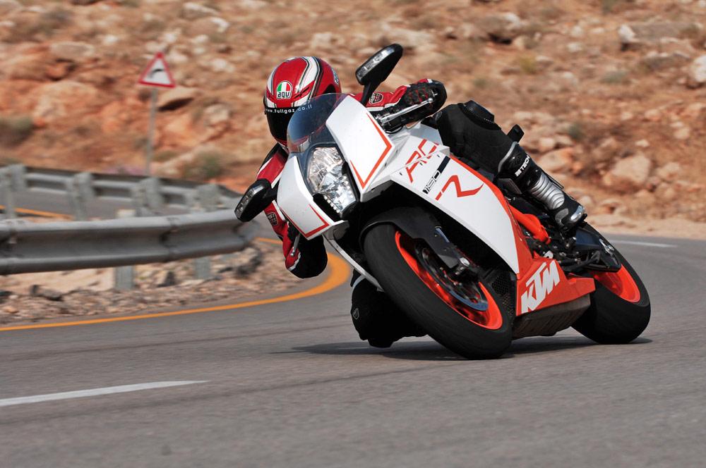 הניסיון של ק.ט.מ לייצר אופנוע סופרבייק (רוכב: אייל פרדר; צילום: טל זהר)