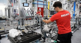 Panigale V4 Engine production line 30_UC66038_Mid