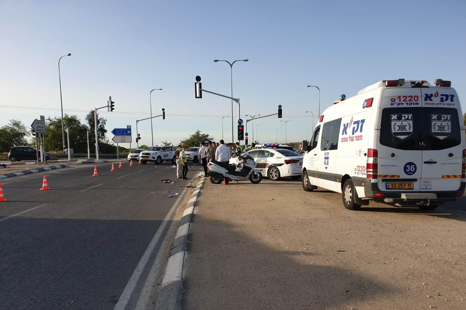 בתמונה: זירת התאונה בצומת חדיד בכביש 444, והקטנוע עליו רכב ההרוג