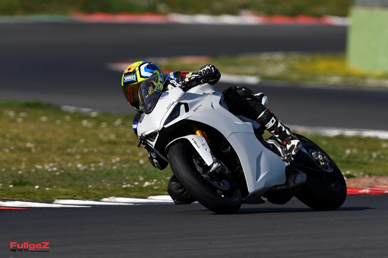 אופנוע ספורט לכביש עם יכולות מסלול