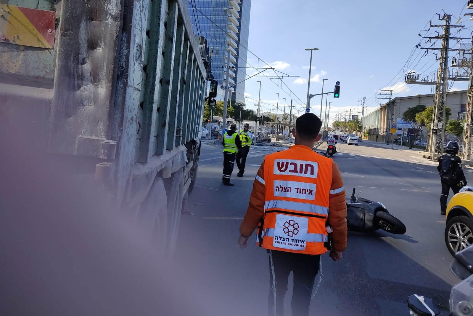 זירת התאונה בפתח-תקווה שבה נהרג הרוכב בן ה-20