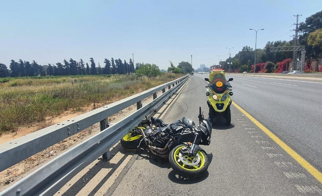 זירת התאונה בכביש 2 שבה נהרג הרוכב בן ה-25