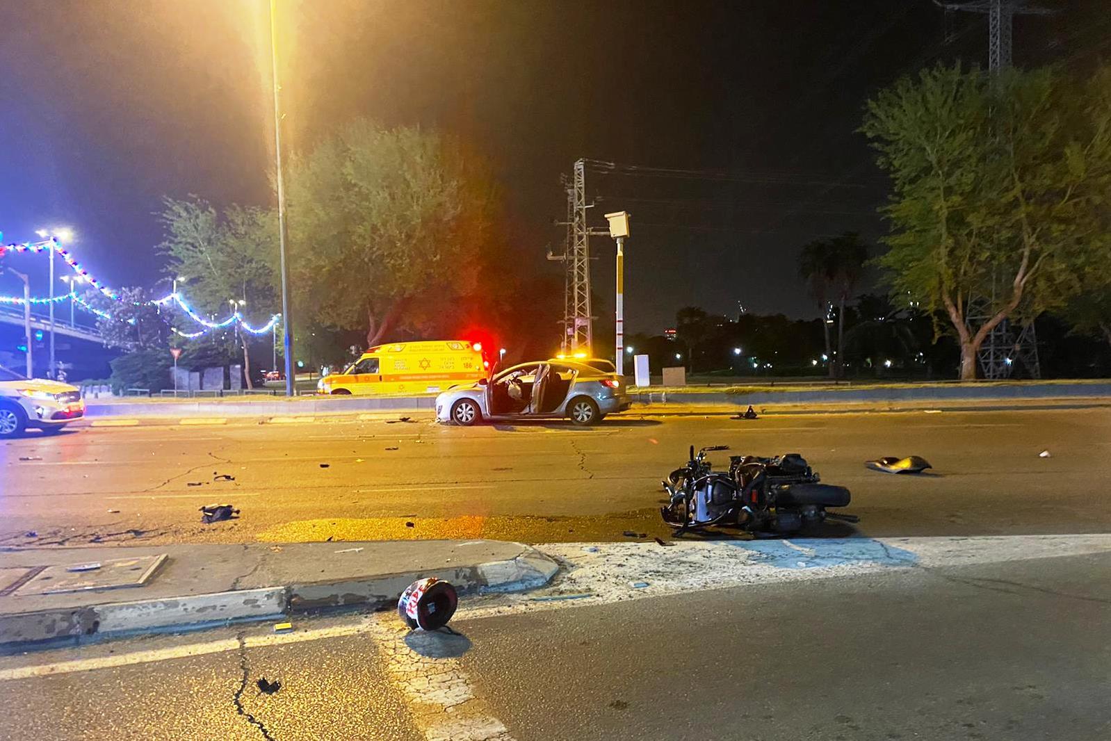 זירת התאונה בתל-אביב שבה נהרג הרוכב בן ה-25