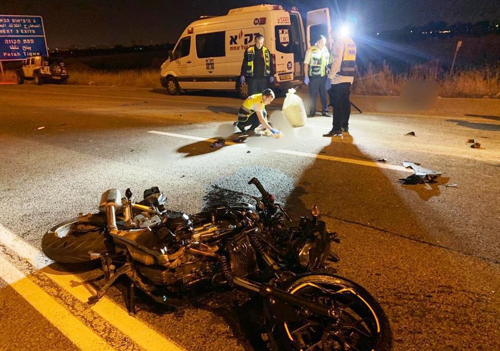 """זירת התאונה בכביש 471 שבה נהרג הרוכב בן ה-21 (צילום: דוברות זק""""א)"""