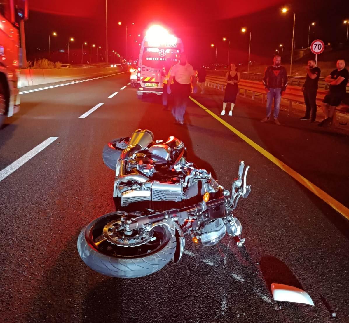 זירת התאונה במחלף שער העמקים שבה נהרג הרוכב בן ה-50