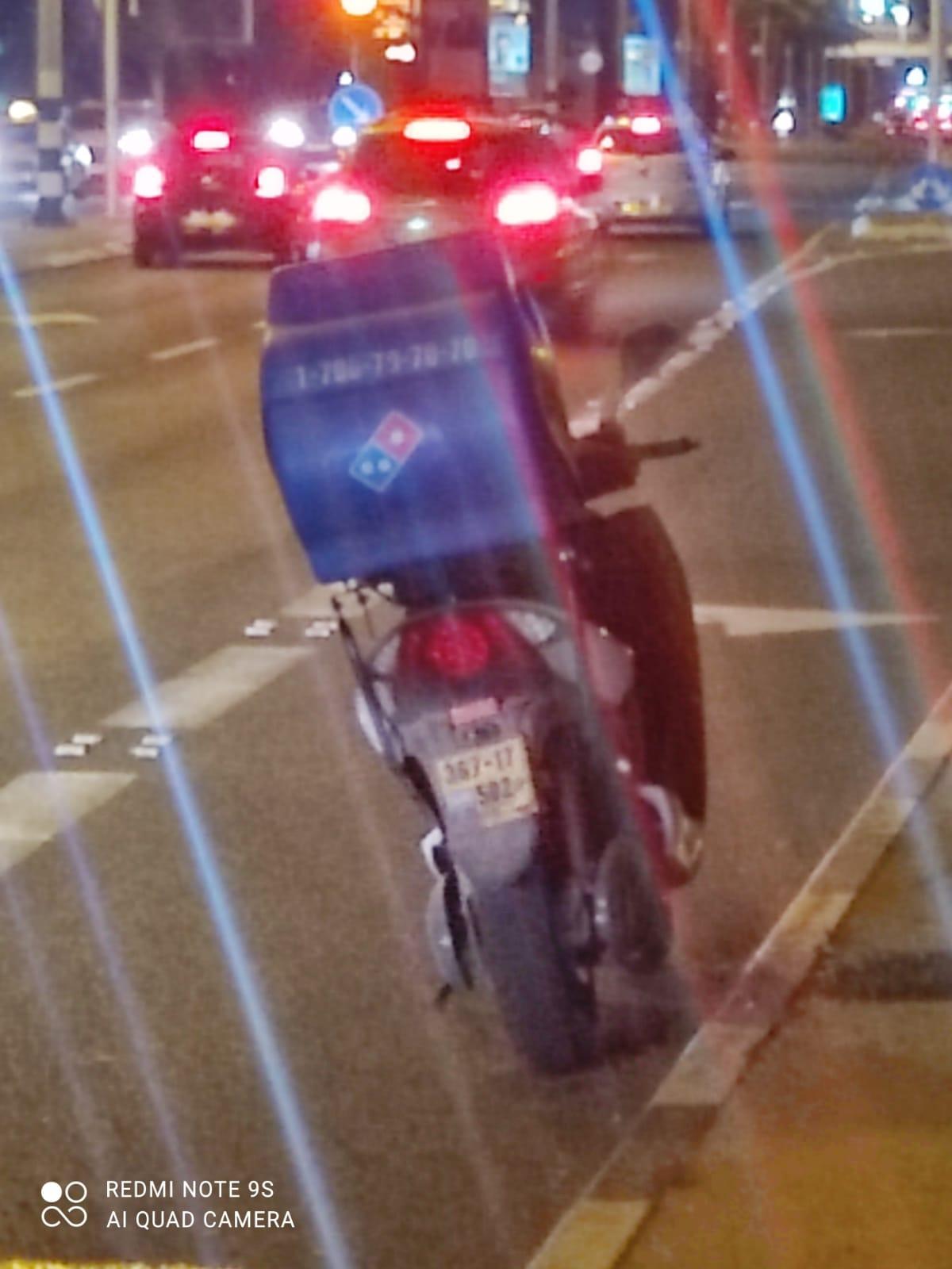 """הקטנוע והלוחית כפי שצולמו על-ידי השליח בזמן קבלת הדו""""ח"""