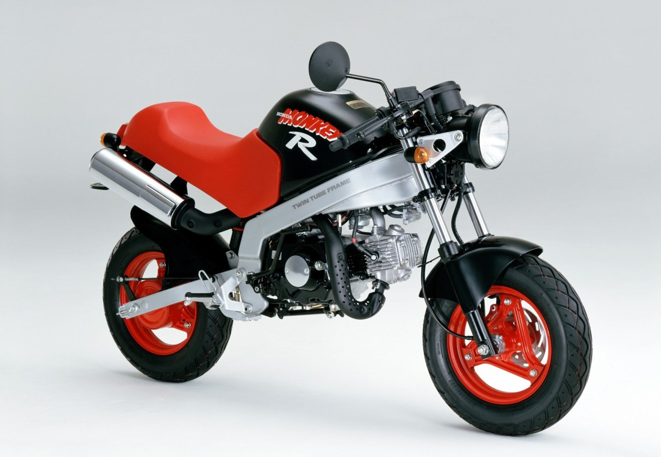 "1987 - A-AB22, גרסת R עם שלדת אלומיניום, בולם יחיד, בלם דיסק קדמי, חישוקי ""10 ועיצוב ספורטיבי"