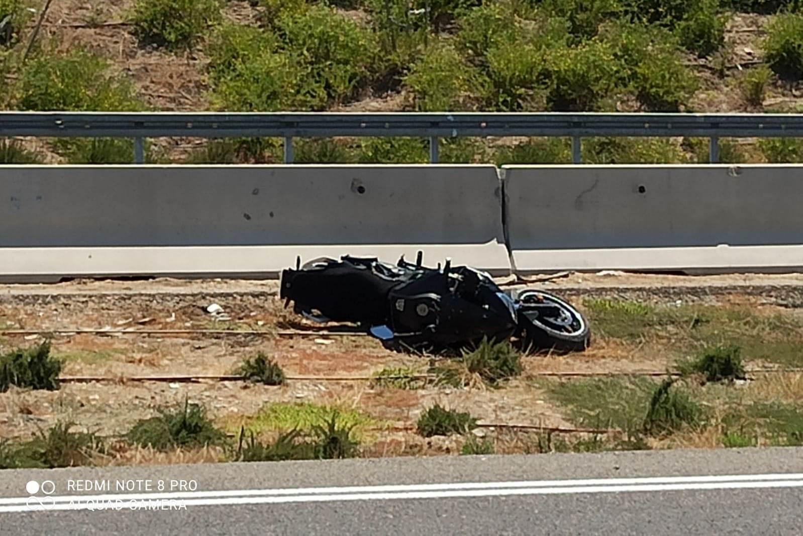 האופנוע, זרוק בתעלה שלצד הדרך