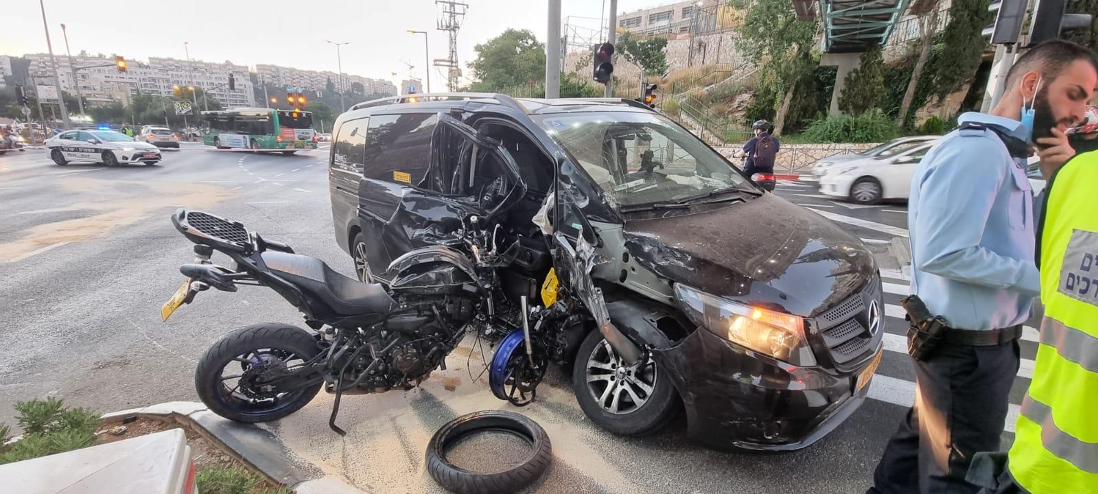 כך נראו הרכב שעבר באדום והאופנוע אחרי התאונה