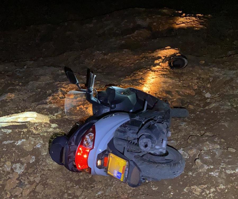 הקטנוע שעליו נסעו שני הצעירים כפי שנמצא זרוק בוואדי